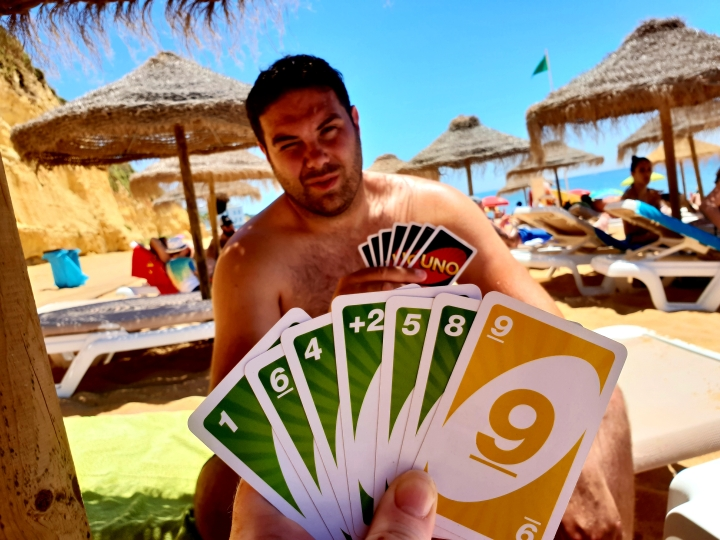 Uno on the beach, Portugal, Algarve, card game on the beach, 4 freckled faces,