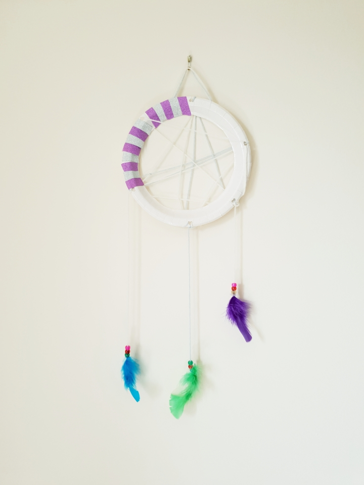 Dream catcher. Paper plate craft. DIY dream catcher. Kids craft ideas. 4 freckled faces. How to make a dream catcher.