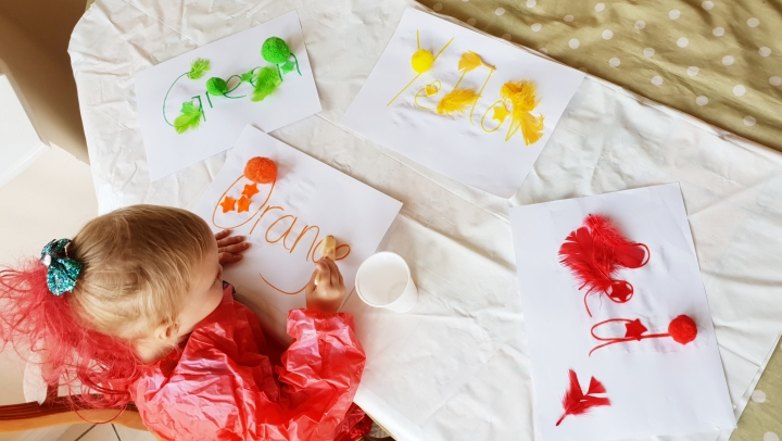 Teaching a 2 yr old colours. Toddler crafts. Sorting colours.