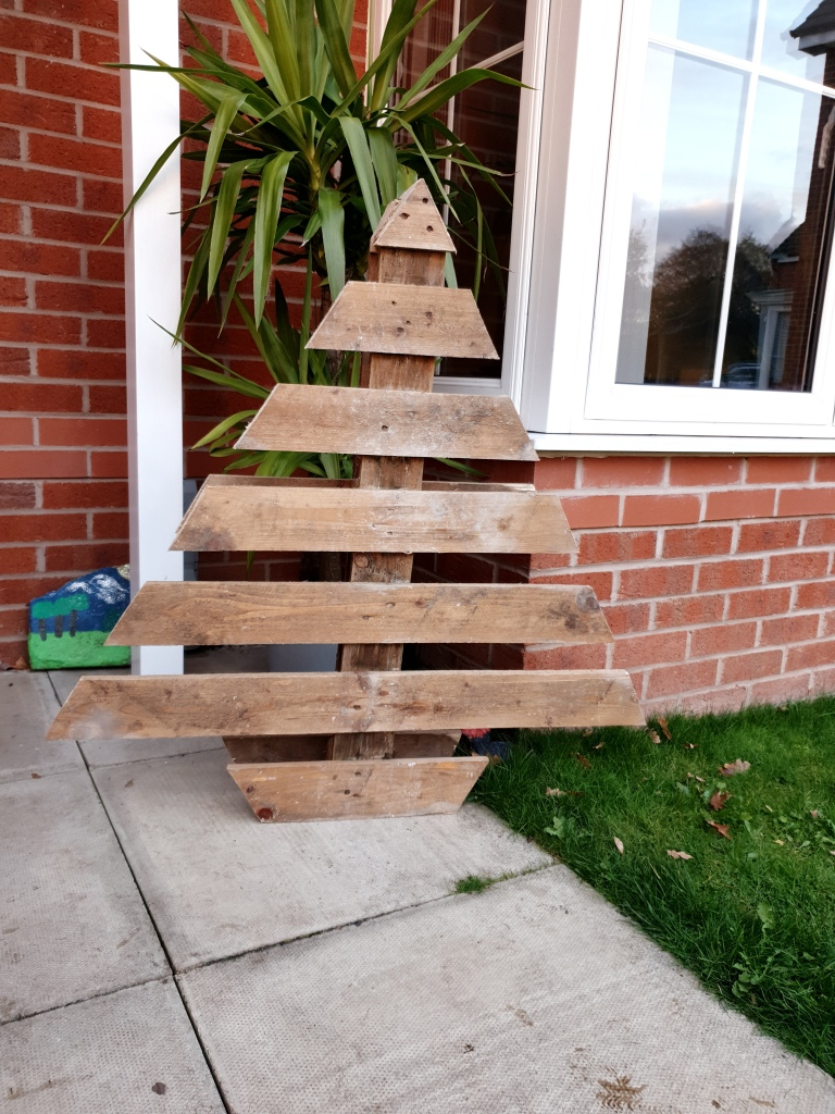Christmas Tree made from a pallet. 4Freckled Faces.